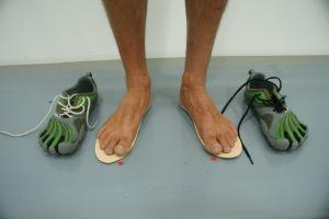 Andar descalzo, correr con zapatillas